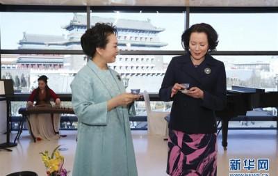 彭丽媛同芬兰总统夫人欣赏音乐诗会