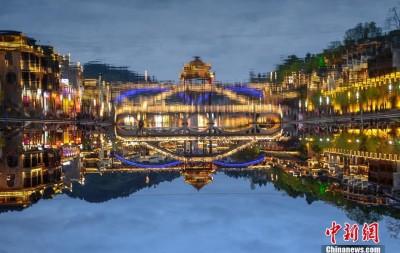 倒影中的凤凰古城 流光溢彩美如梦境