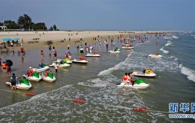 北海银滩游人多