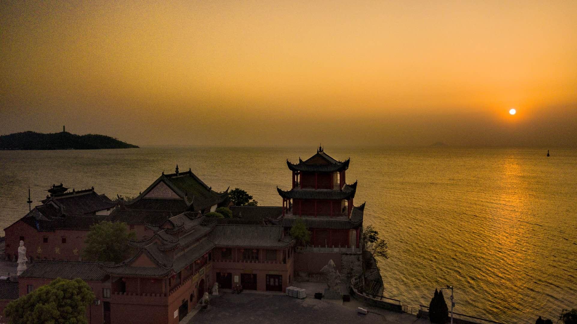 """巢湖是中国五大淡水湖之一,宛如一面宝镜镶嵌在江淮大地,有""""八百里湖天""""之称。姥山,是一座水中山、湖中岛,与巢湖北岸凤凰台上的中庙隔水相望。每近黄昏,落日临空,荡舟观览此山,犹如画境。"""